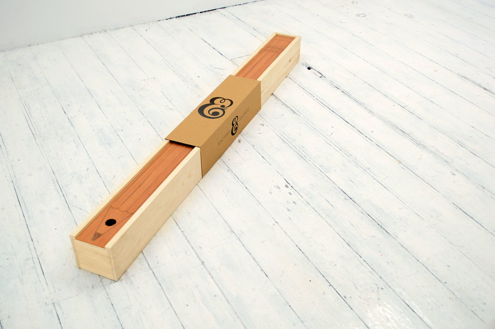 карандаш, длиной почти в метр