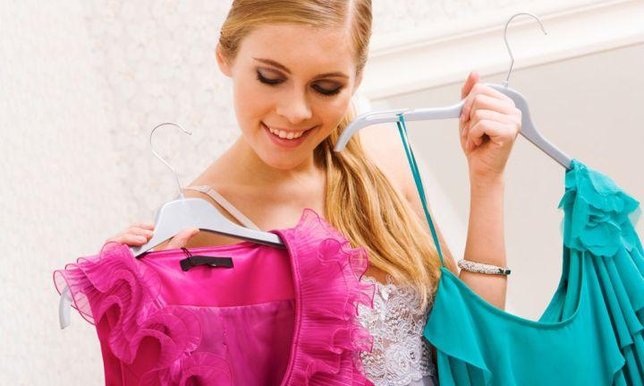 девушка выбирает платье_1